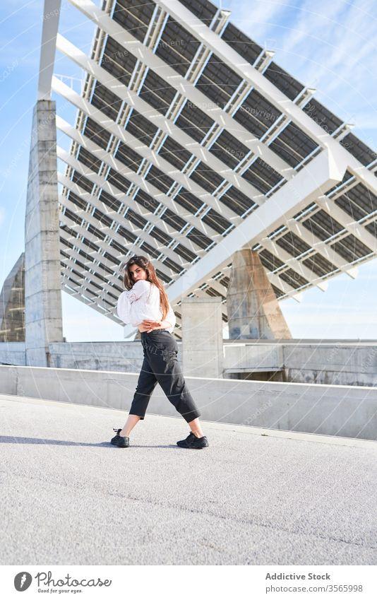 Tanzende Frau auf modernem Gebäude Tänzer Ballerina Zeitgenosse Konzept hoch Beton Person urban Fliege Konstruktion Straße Bewegung Architektur abstrakt kreativ
