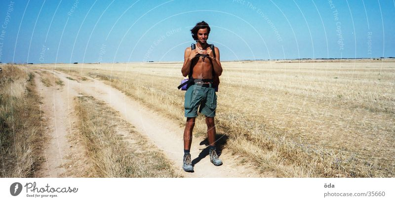me Mann Himmel Einsamkeit Ferne Wege & Pfade Landschaft wandern Steppe Dürre Ausdauer Rucksack Mensch