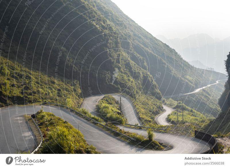 Beeindruckende Kulisse einer Serpentinenstraße in den Bergen Straße Berge u. Gebirge Landschaft erstaunlich Nebel geschlängelt Hochland Morgen Sommer Vietnam