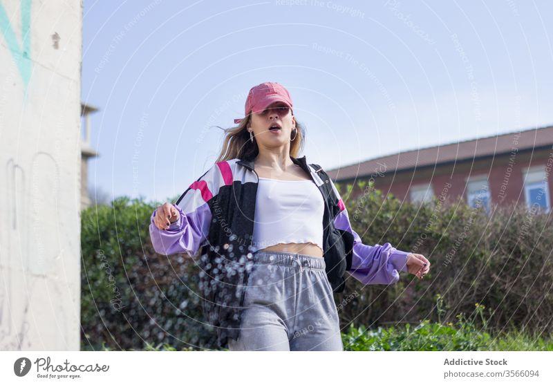 Schockierte Tausendjährige Frau auf Stadtstraße tausendjährig Straße erstaunt cool modern sportlich Hipster Streetstyle Großstadt Gebäude Überraschung Charakter
