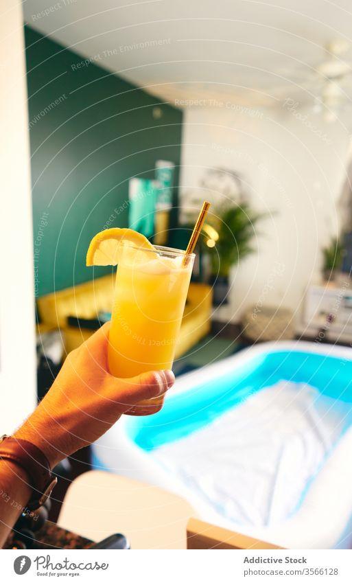 Erntehelfer mit einem Glas Schraubenziehertrank Mann Schraubendreher trinken Sommer heimwärts Selbstisolierung soziale Distanzierung Cocktail Spaß haben Party