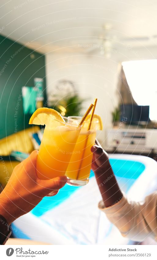 Multiethnische Freunde zu Hause mit Schraubenzieher-Cocktails ernten Schraubendreher trinken zu Hause bleiben Klirren Selbstisolierung soziale Distanzierung