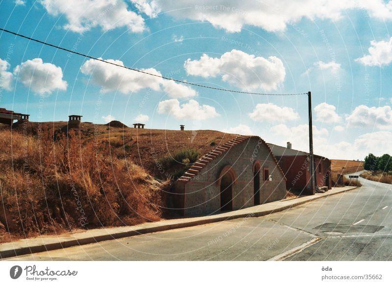wohnen mal anders Haus bewachsen Wolken Architektur Häusliches Leben Erde Wohnhöhle Jakobsweg