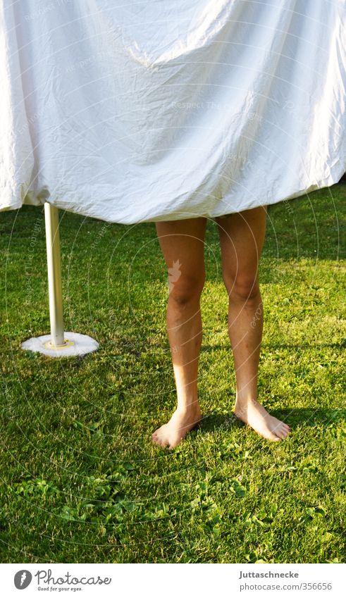 Dreibein Mensch Kind Jugendliche grün weiß Junge Beine Fuß maskulin stehen frisch 13-18 Jahre Sauberkeit Platzangst verstecken Wäsche waschen