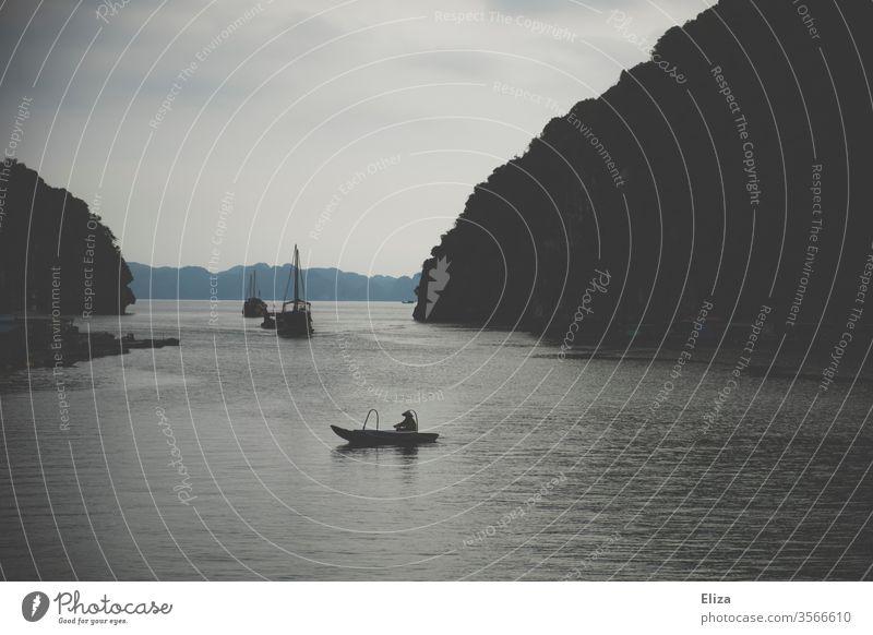 Fischerboot in der Halong Bay in Vietnam Halon Bay Meer dunkel düster Wasser Boot Schiff Halong Bucht Reisen Asien Landschaft Natur Berge u. Gebirge