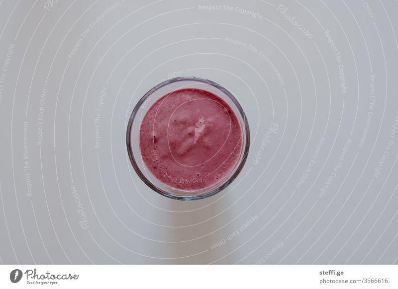 rosa Saft im Glas auf neutralem Hintergrund aus der Vogelperspektive trinken essen und trinken Gesundheit Gesunde Ernährung gesund smoothie rot Lebensmittel