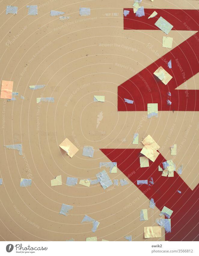 Zettelwirtschaft Pinwand Schwarzes Brett Wand Fläche Buchstaben Papier Metall Farbfoto Menschenleer Detailaufnahme Nahaufnahme Textfreiraum unten