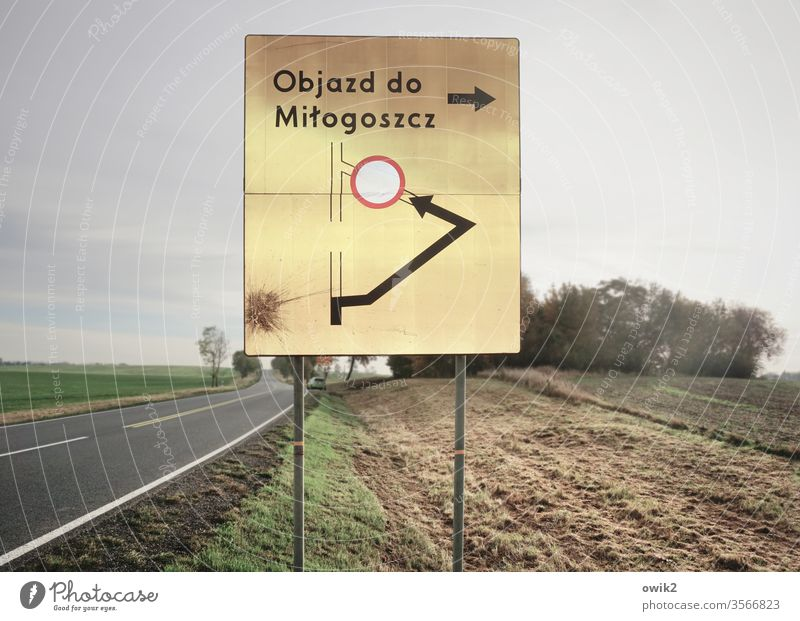 Polnische Botschaft Straßenverkehr Schild unklar Polen Ausland Verkehrsschild Umleitung Hinweisschild Graphik Situation Acker draußen Außenaufnahme Metall Farbe