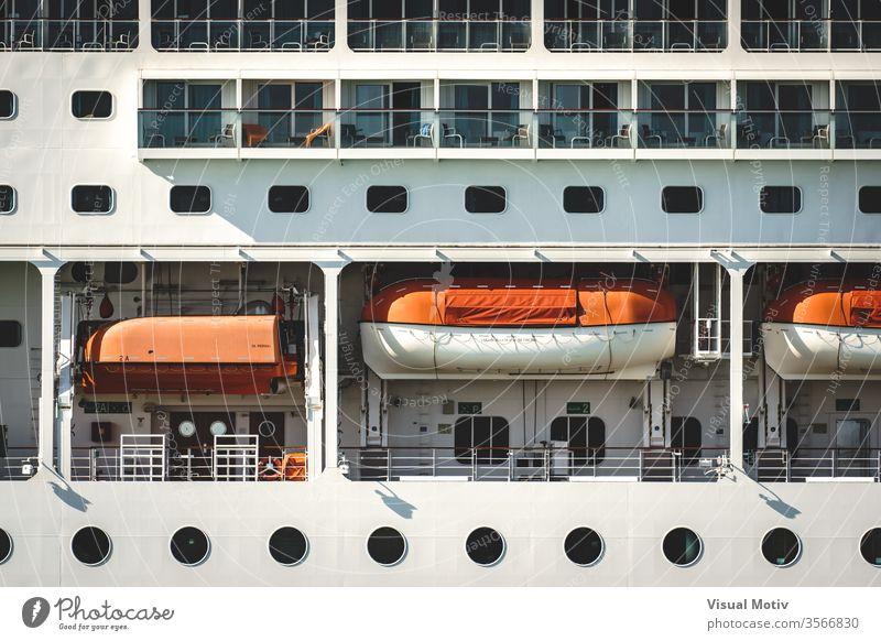 Detail des Decks einer Transatlantikkreuzfahrt Farbe weiß im Freien Außenseite Schiffsdeck MEER Boot Transport reisen Kreuzfahrt Urlaub Tour Reichtum Seite groß