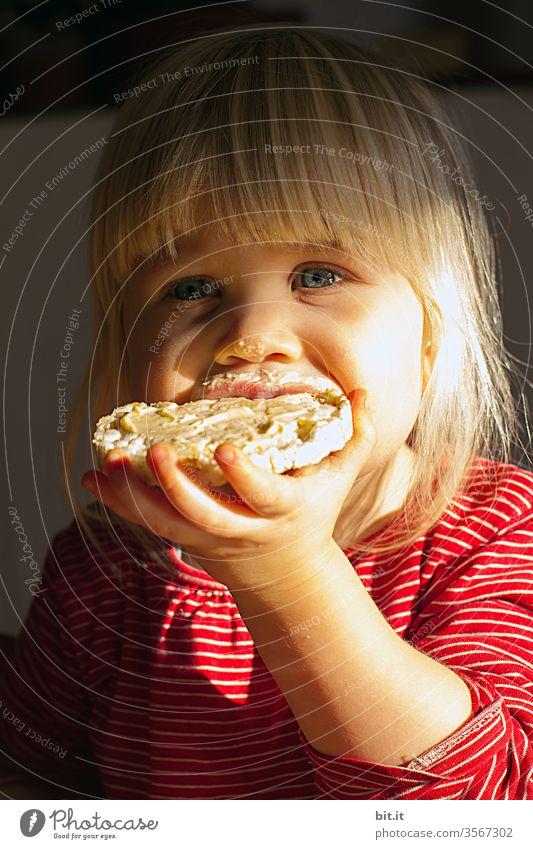 Wörtlich genommen l ich laß mir nicht die Butter vom Brot nehmen Butterbrot Kind Kleinkind Mädchen Essen genießen Ernährung Lebensmittel Frühstück lecker