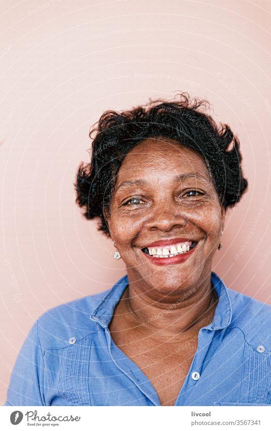 lächelnde kubanische Dame, Kuba blau Gesicht Menschen Porträt eine Person Nizza hübsch rosa Wand Karibik Insel Kubanerin Großmutter Straße echte Menschen