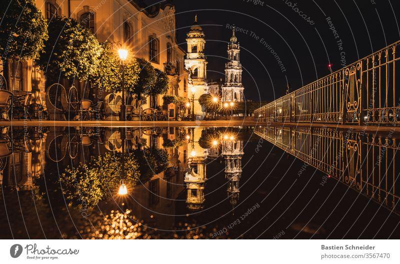 Am Abend nach einem starken Regenschauer auf der Brühlschen Terrasse in Dresden Farbfoto Hofkirche Dom Dämmerung Altstadt Kirche Sightseeing Skyline Tourismus