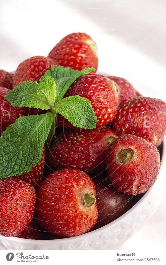 Gesunde und frische Erdbeeren in Schale mit Minze Frucht rot organisch Lebensmittel Vitamin Nahaufnahme Hintergrund Gesundheit süß Frische Sommer Vegetarier