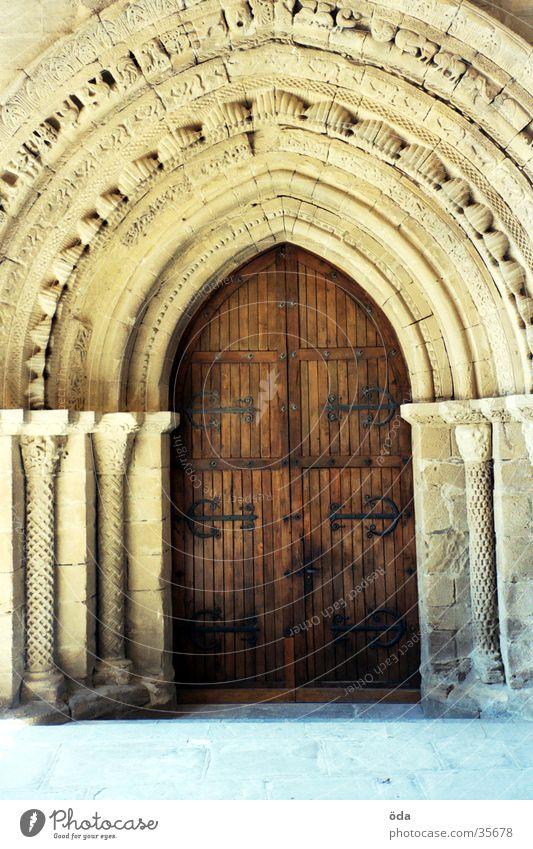 Die Tür ins Licht Kirchentür Holz verziert Zierde Türrahmen historisch Tor alt Stein Türstock Jakobsweg