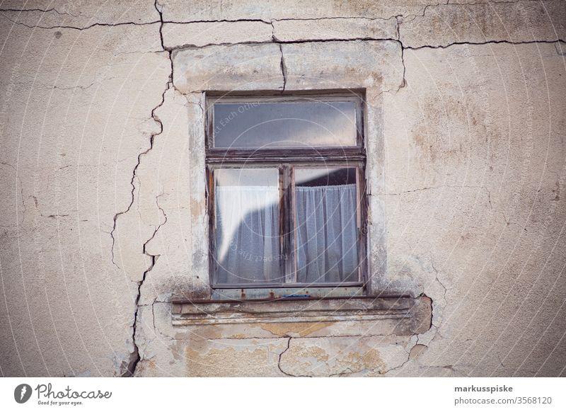 Altes Haus mit Holzfenster und Riss in der Fassade altes haus Bauernhaus Tradition Franken Fränkische Schweiz fränkisch