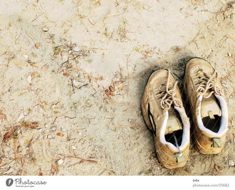 Schuhe rechts unten gehen Erde paarweise Bodenbelag obskur Staub