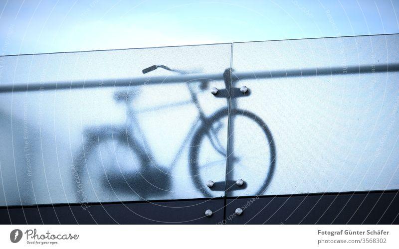 Fahrrad hinter Brüstung hollandrad Brücke Milchglas Sport