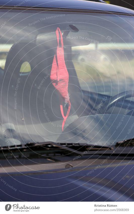 mundschutz am rückspiegel auto aufbewahrung aufhängen griffbereit unterwegs dabei rot gesichtsmaske halbmaske mundmaske nasenmaske mund-nasen-schutz mns