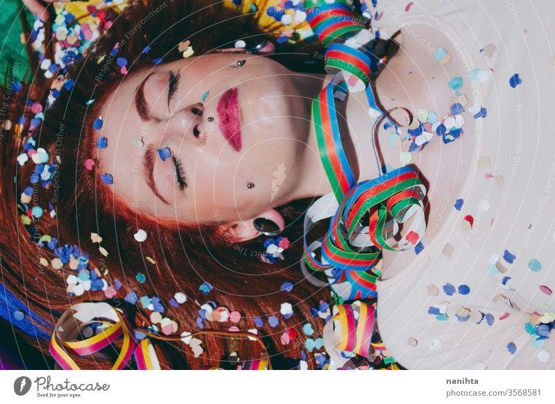 Junge rothaarige Frau feiert den Tag des Schwulenstolzes lgbti schwul Stolz Party Fahne Regenbogen Homosexualität lesbisch Farbe farbenfroh im Freien sozial