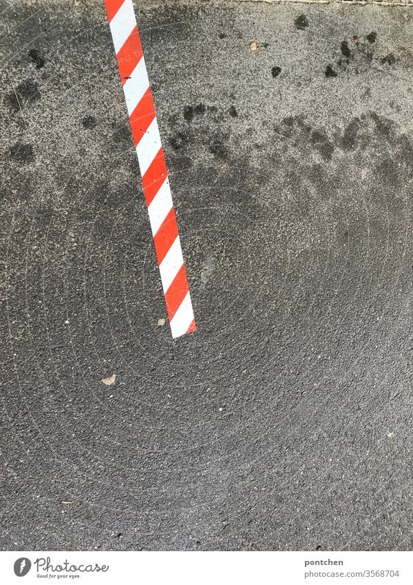 Rot-weißes Klebeband, Absperrband auf nassem Asphalt klebeband rot-weiß asphalt Absperrung Sicherheit Strukturen & Formen Baustelle