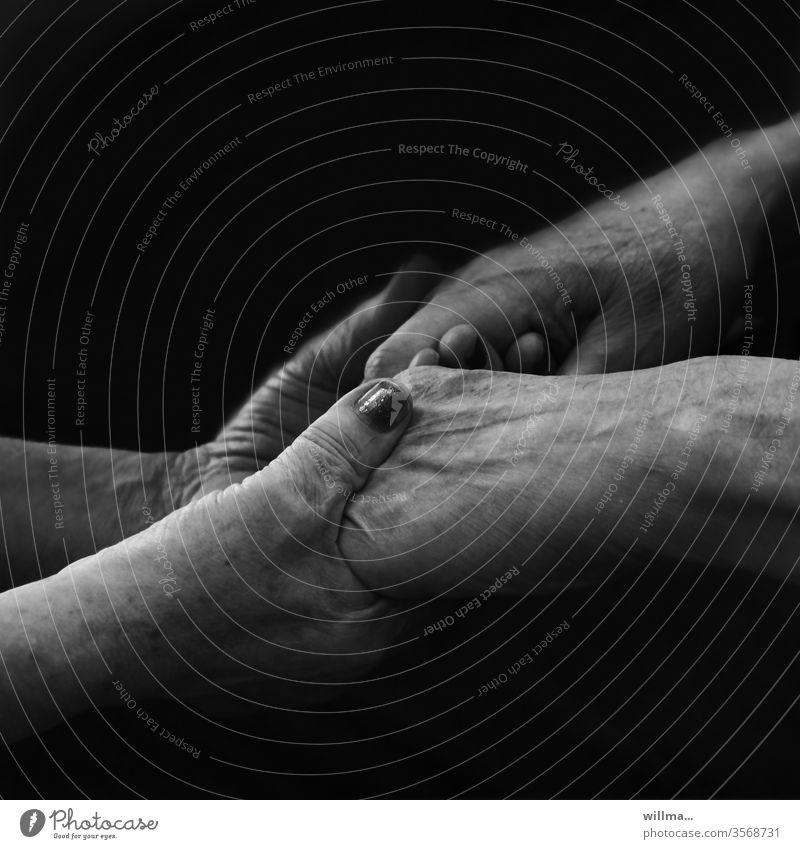 Jeder Tag ist ein neuer Anfang Hände festhalten Senioren Alter Trost Hilfe Zusammenhalt Anteilnahme Vertrauen Mitgefühl Mut machen für einander da sein