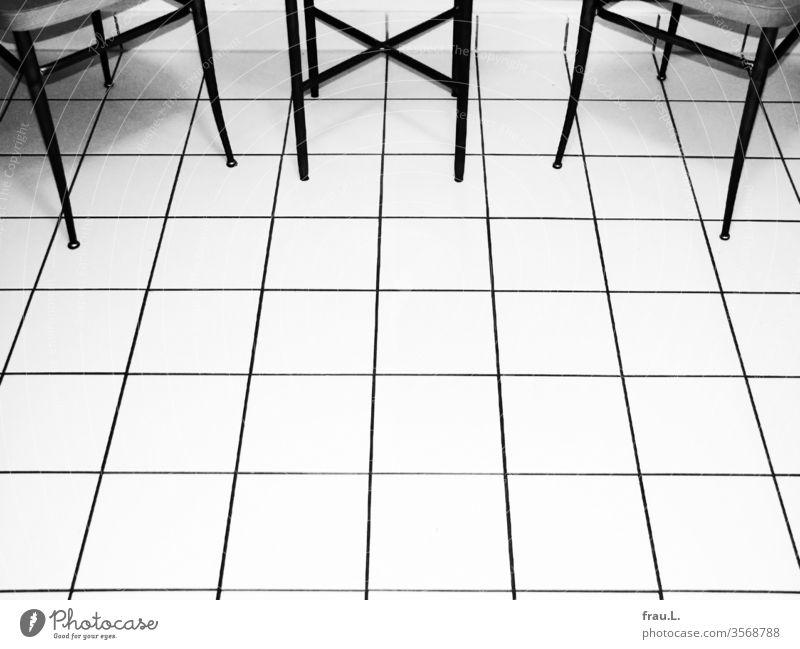 Schicke Fliesen – schöne Beine – schöne Stühle – schicker Tisch Küche Kacheln Fußboden Menschenleer Stuhl Fliesen u. Kacheln Häusliches Leben Wohnung