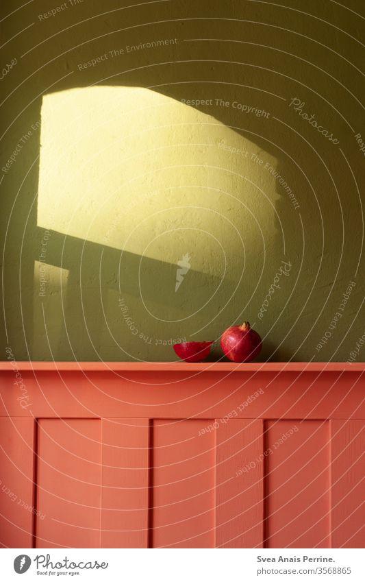 Komplimentär Kontrast/  Grün- Rot wohnen Wohnung Innenaufnahme Innenarchitektur Farbe Farbkombination grün rot Granatapfel Obst Frucht Ernährung Essen Frühstück