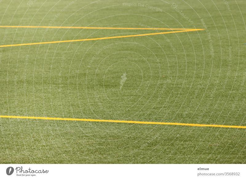 Teilansicht von einem grünen Fußballrasen mit gelben Linien Rasen Abgrenzung Spielfeld Geometrie Aufteilung Fußballplatz Sportplatz Ballsport Spielen Spielrasen