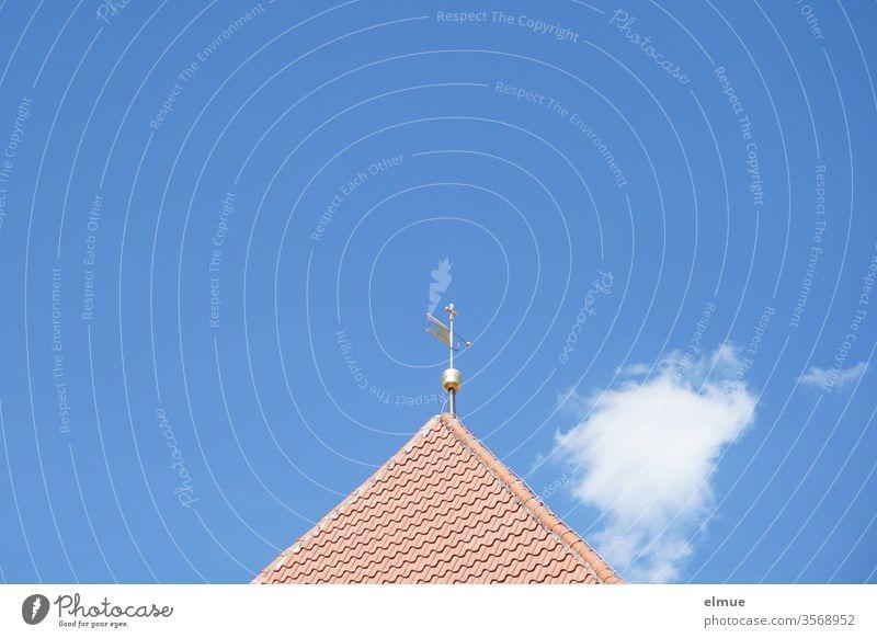 Spitze von einem Kirchendach mit Turmkugel und Windfahne vor blauem Himmel und einer kleinen Wolke Ziegeldach Dekowolke Spitzdach Dreieck blauer Himmel
