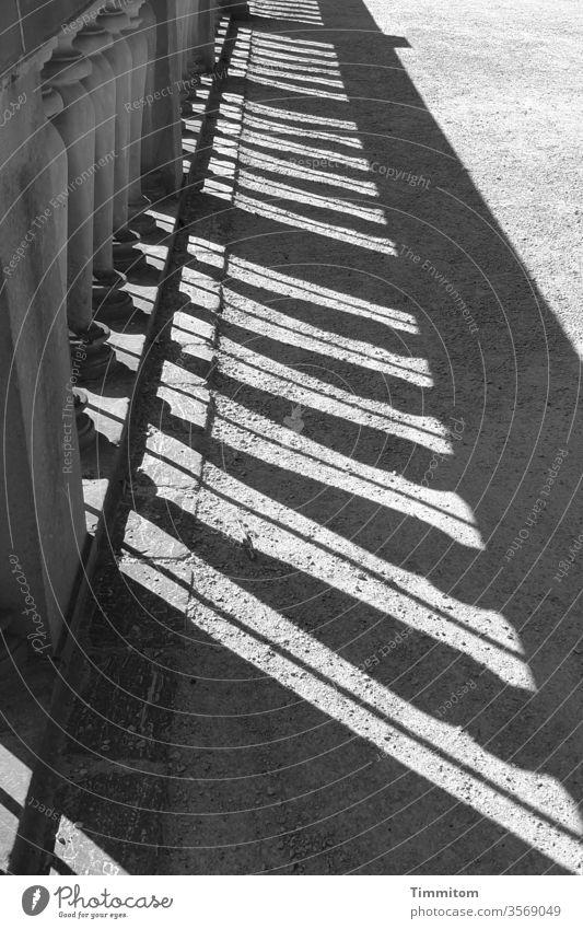 Strenge Ordnung Geländer Absperrung Schatten Sandstein Metall Linien Wege & Pfade Außenaufnahme Menschenleer Sicherheit Licht Schwarzweißfoto