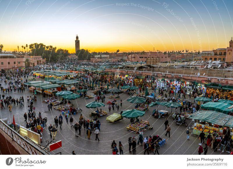 Hauptmarktplatz namens Jama El Fna in Marrakesch, Marokko marrakech Markt Menschen Moschee jamaa Anziehungskraft alt Minarett Lebensmittel überfüllt