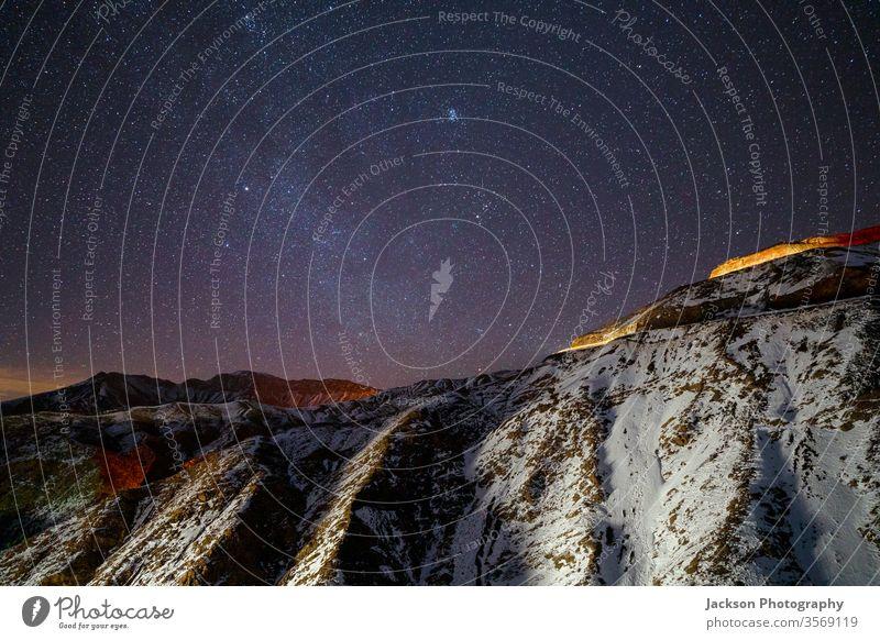Erstaunlicher Nachthimmel im Hohen Atlas-Gebirge, Marokko Himmel Berge u. Gebirge hoher Atlas hoch gelb Straße Milchstrasse Winter Schnee lang Belichtung