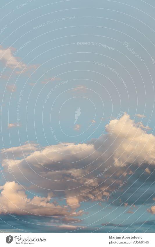 Blick auf den bewölkten Himmel im Frühling abstrakt Air Atmosphäre Hintergrund schön blau hell Windstille Klima Cloud Wolken Wolkenlandschaft wolkig Konzept