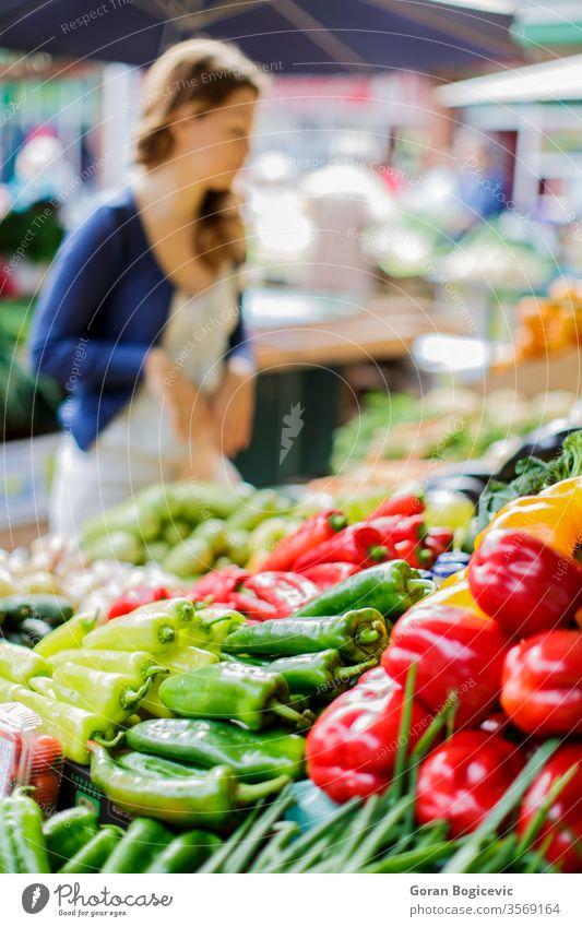 Junge Frau auf dem Markt frisch Lebensmittel Gemüse Bauernhof Lifestyle Ackerbau jung Einzelhandel kaufen natürlich Gesundheit grün produzieren Kunde farbenfroh