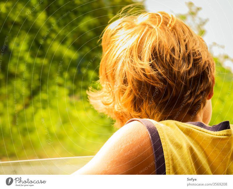 Kleiner Junge genießt Sonne und Wind im Auto wenig Kind PKW reisen Haut Behaarung Sommer genießen sonnig Tag Licht T-Shirt gelb blond Kaukasier Urlaub Feiertag