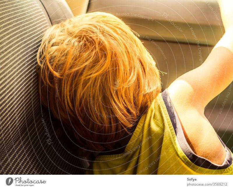 Kleiner Junge reist im Sommer mit dem Auto wenig Kind PKW reisen genießen Sonne sonnig Tag Licht T-Shirt gelb blond Kaukasier Urlaub Feiertag natürlich jung