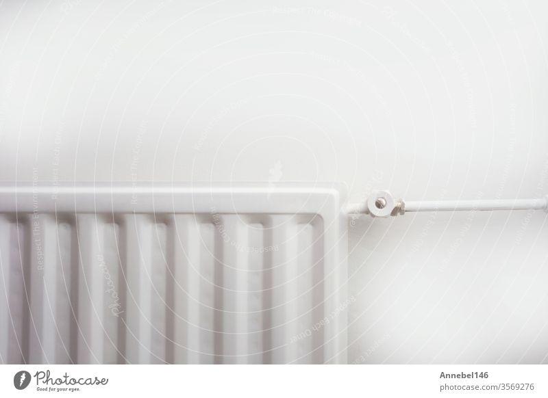 Nahaufnahme eines Heizkörpers gegen eine weiße Wand - modernes, neues Retro-Design. Hintergrund retro Ikon Wasser Haus 3d Winter Technik & Technologie