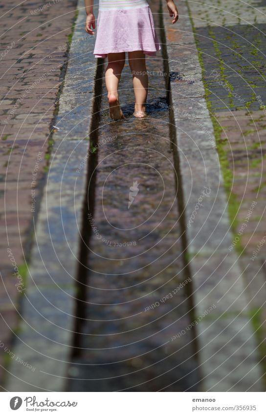 Wasserweg Mensch Kind Ferien & Urlaub & Reisen Stadt Sommer Mädchen Freude kalt feminin Spielen Stein Beine Fuß Kindheit laufen