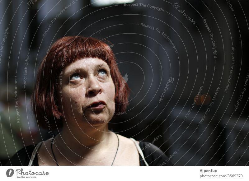 Erleuchtung | Lieblingsmensch Frau Frauengesicht Porträt Mensch Erwachsene Gesicht Farbfoto Blick nach oben Haare & Frisuren Erkenntnis Glaube Glaube & Religion