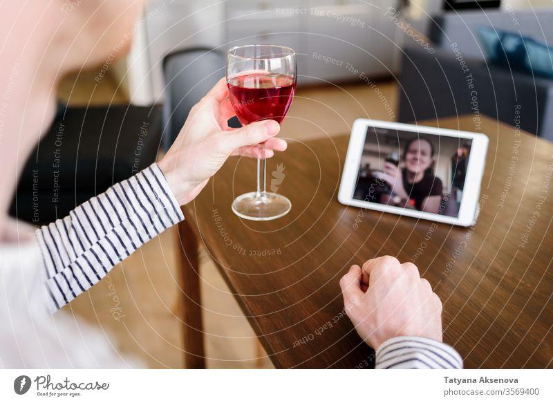 Mann trinkt Wein online mit einer Freundin Internet Lifestyle Frau heimwärts Technik & Technologie Distanzierung Quarantäne Zusammensein Glück Glas Person