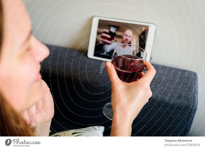 Frau trinkt Wein online mit männlichem Freund Internet Lifestyle heimwärts Technik & Technologie Distanzierung Quarantäne Zusammensein Glück Mann Glas Person