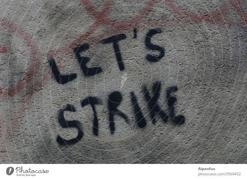 LET'S STRIKE | wörtlich genommen Graffiti Haus Architektur Fassade Wand Schriftzeichen Stadt Farbfoto Gebäude Mauer Gedeckte Farben Außenaufnahme Zeichen