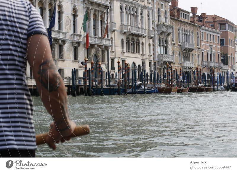 O sole mio | wörtlich genommen Gondoliere Venedig Italien Außenaufnahme Wasser Wasserfahrzeug Tourismus Stadt Farbfoto Kanal Gondel (Boot) Hafenstadt Tag