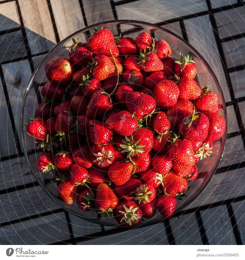 Erdbeeren Schalen & Schüsseln Frucht Ernährung Lebensmittel Bioprodukte Sommer Gesunde Ernährung Vogelperspektive