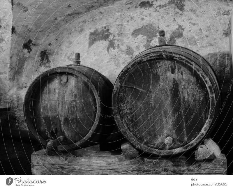 Fässer Fass Keller Mauer Gemäuer Holz obskur Schwarzweißfoto Wein Lager Weinfass Weinkeller alt 2 Menschenleer rund