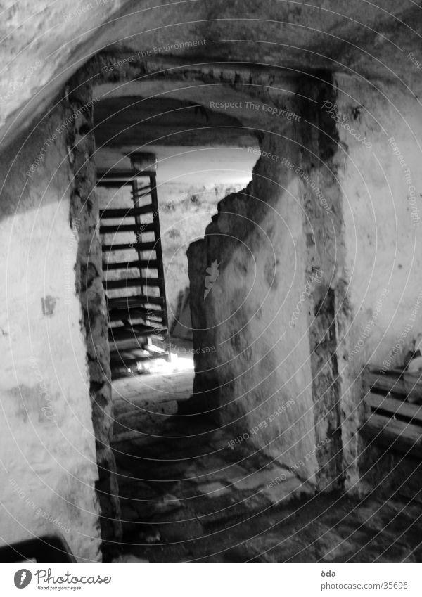 Das Licht am Ende... dunkel Mauer Gemäuer verfallen Lichteinfall Architektur Tür alt Gang