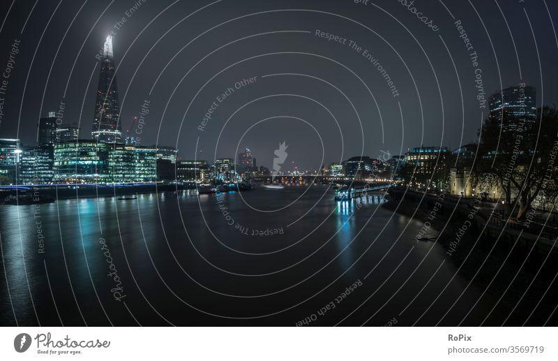 London von der Tower Bridge bei Nacht. Skyline Brücke Stadt Zentrum Stadtzentrum river Hochhaus Wolkenkratzer Reflektion Technik Architektur Stimmung downtown