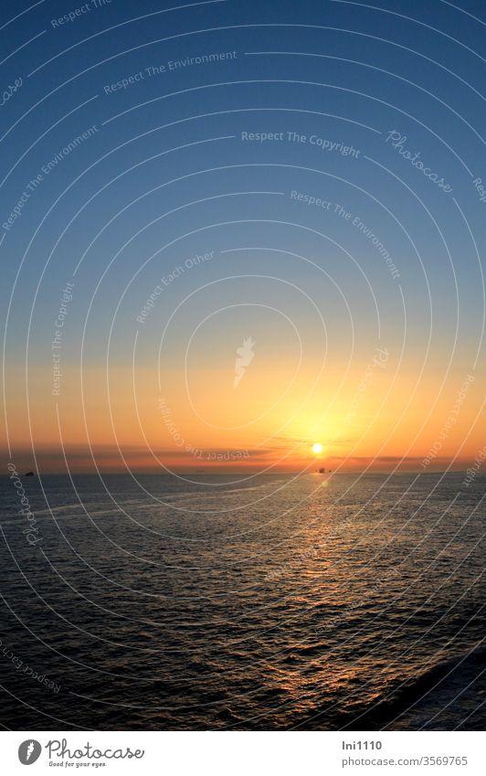 Sonnenuntergang auf der Nordsee Meer Horizont romantisch Schiff Spiegelung goldene Abendsonne Urlaub Schiffsreise blauer Himmel Fahrspur traumhaft Tagesausklang