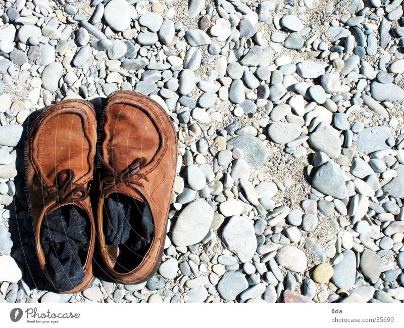 Schuhe links unten Strand Stein braun gehen obskur Strümpfe Kies