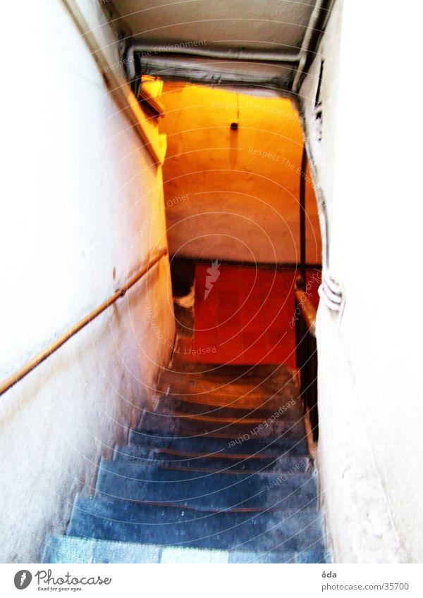 bunte Treppe alt rot Farbe Beleuchtung orange historisch Leiter Gemäuer